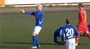 Footballeurs islandais qui célèbrent leur but