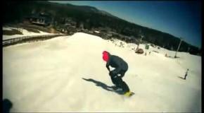Saut impressionnant en snowboard